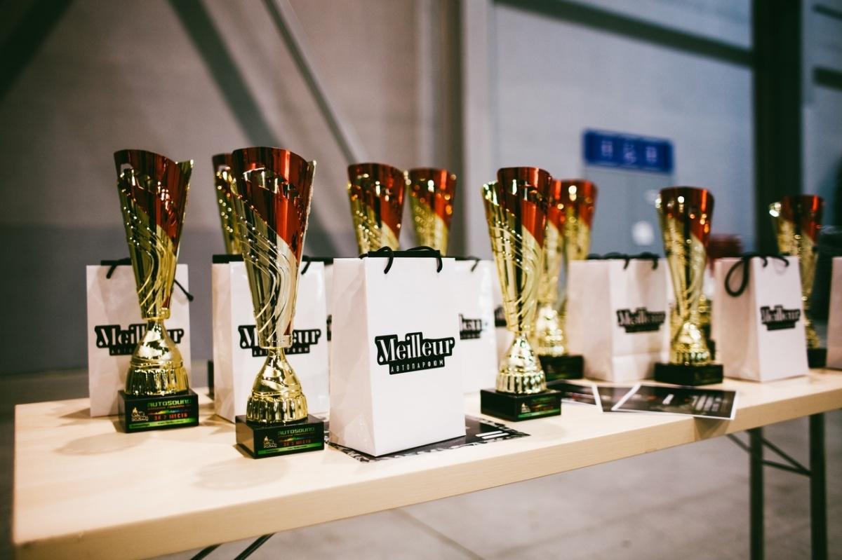 А такие кубки получили победители и призеры фестиваля