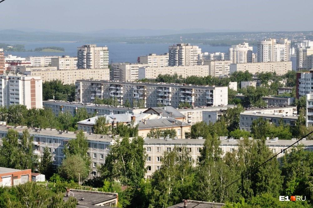 В советское время было модно вешать ковры на стены в таких домах — в том числе и для того, чтобы стены стали потеплее