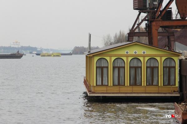 За плавучим банкетным залом виднеется затонувший дебаркадер
