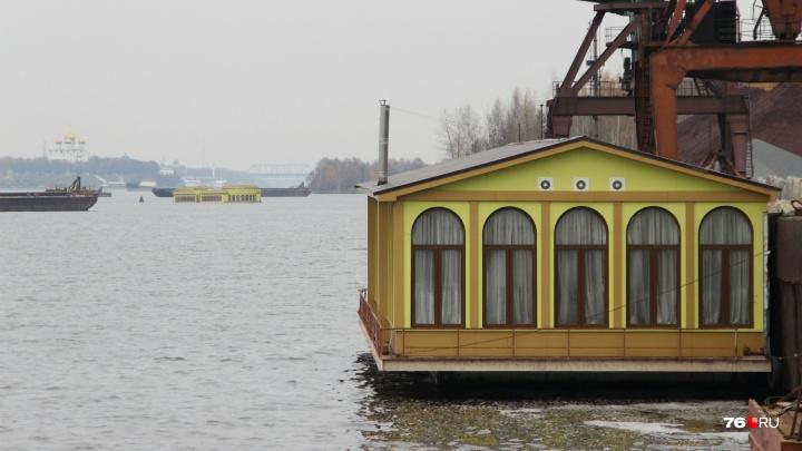 «А могли бы привлекать туристов»: хозяин плавучего банкетного зала рассказал о его продаже