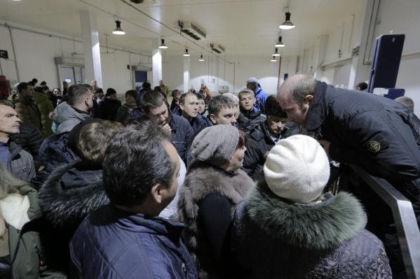 Илья Бобровский (справа) заверил работников, что сокращений до конца года не будет