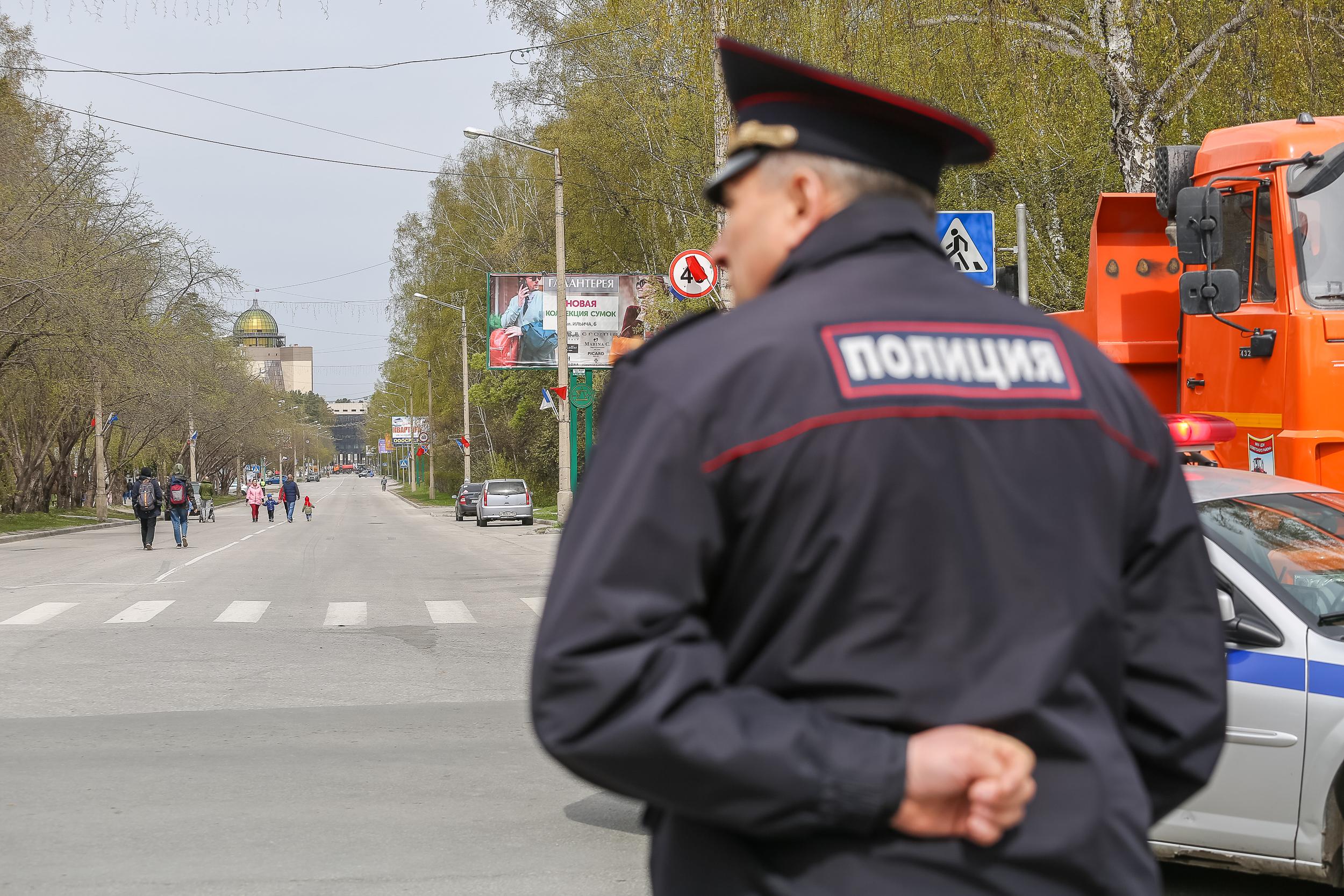 Безопасность шествия контролировала полиция (вдруг всё-таки бы разгорелся конфликт из-за строк Пушкина или Лермонтова?)