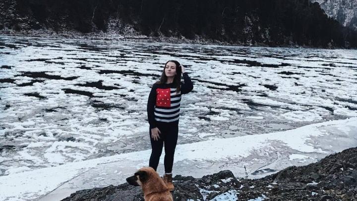 Глыбы льда плывут по замерзающей Мане
