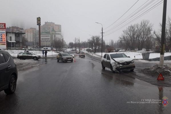В Центральном районе не смогли разъехаться два Renault Logan
