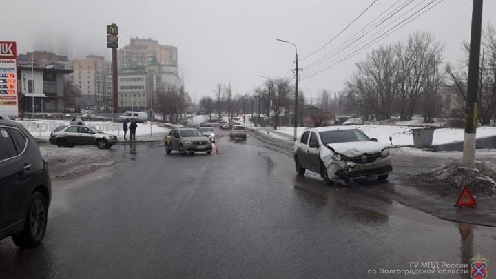 В центре Волгограда «родные» иномарки, не поделившие дорогу, отправили в больницу пятилетнюю девочку