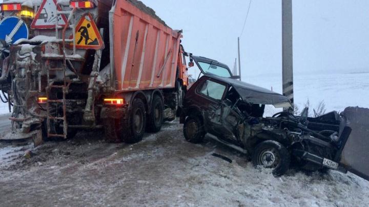 «Ниву» отбросило на лопату автогрейдера: за утро на тюменских трассах погибли два водителя