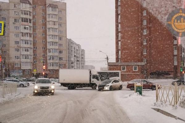 Частые ДТП ставят в пробку выезды из жилых массивов