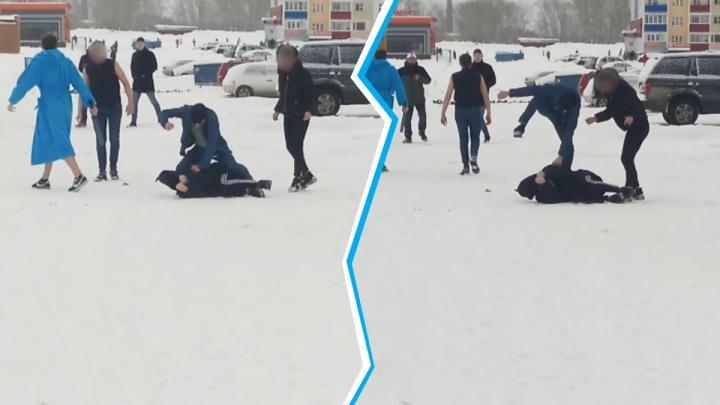 В халате и с битой: на Первомайке подростки толпой напали на парня (драка попала на видео)