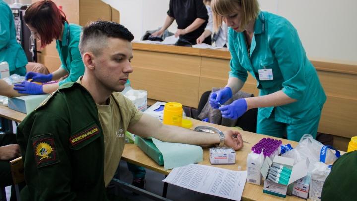 Миша, живи: сотни курсантов пришли спасти сибиряка, который не смог стать военным из-за рака