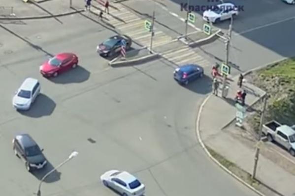 Дети переходили дорогу на зеленый сигнал светофора