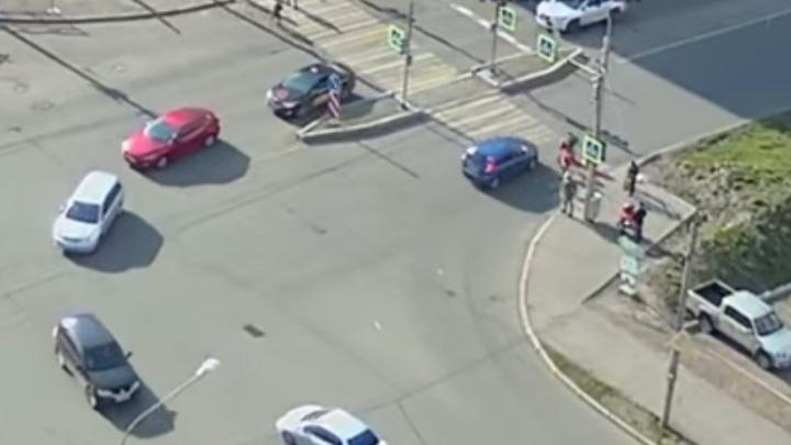 Женщина на «Калине» промчалась на красный и сбила двух детей на переходе
