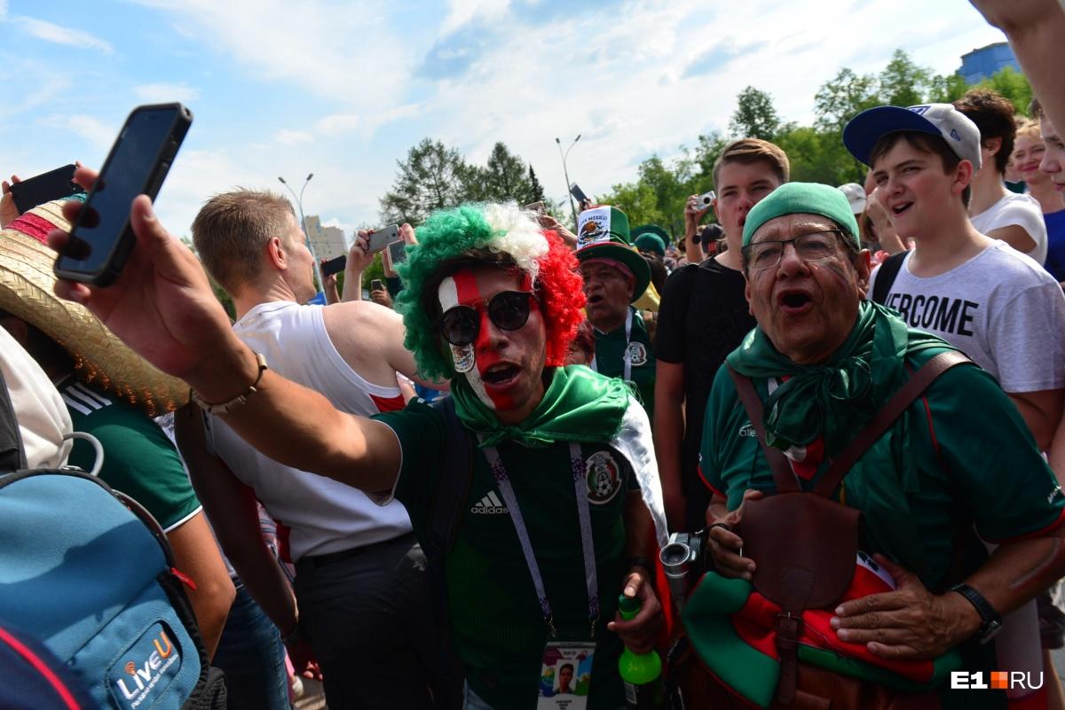 А вот сдержанный вариант: разукрашенные лица, шляпы и флаги