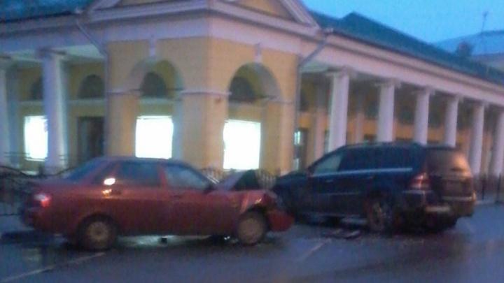 В центре Ярославля «Лада» влетела в «Мерседес»: водителя увезли на скорой