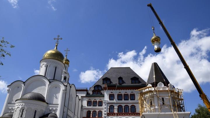 «Город многолюден и хлебом обилен»: в Тольятти водрузили купол на храм покровителя Самары