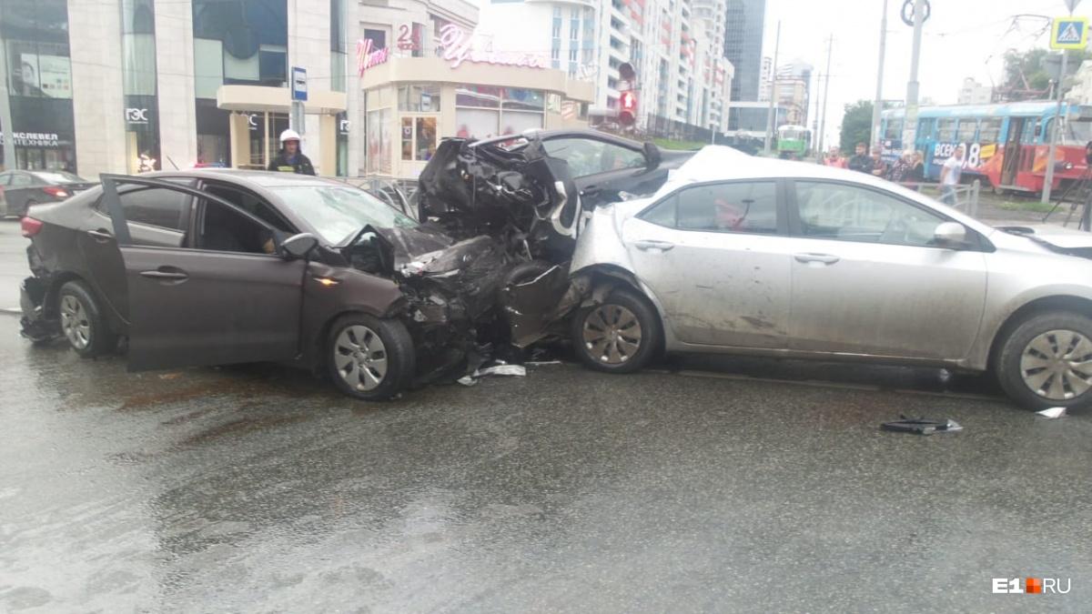 KIA, за рулём которой был Васильев, на большой скорости врезалась в машину такси
