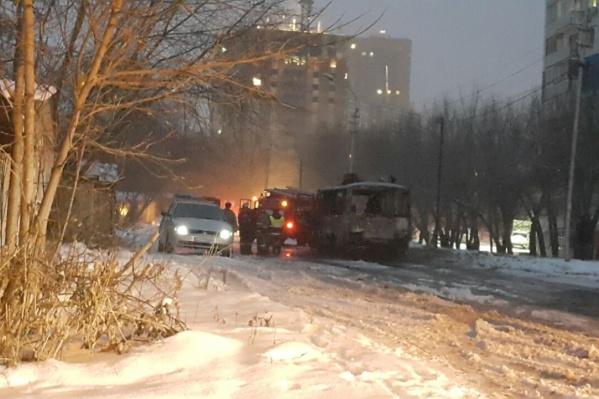 """ПАЗ маршрута <nobr class=""""_"""">№ 12</nobr> сгорел около остановки «Сержанта Коротаева»"""