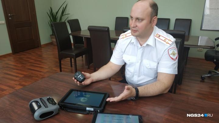 Полицейским раздали нагрудные видеорегистраторы и планшеты для установления личности на месте