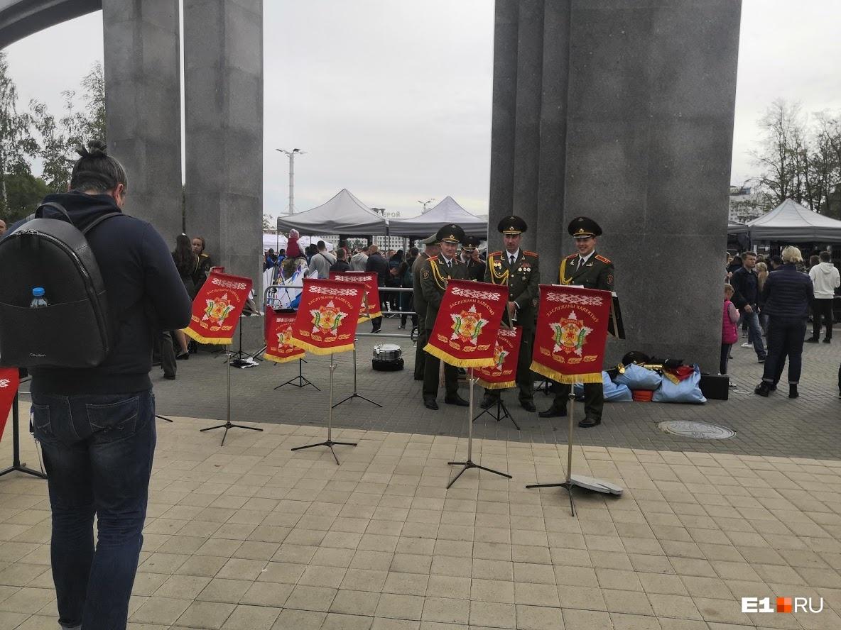 Фестиваль приурочили к Дню танкиста. Так что в парке было много всего военного: оркестр и выставка техники, например