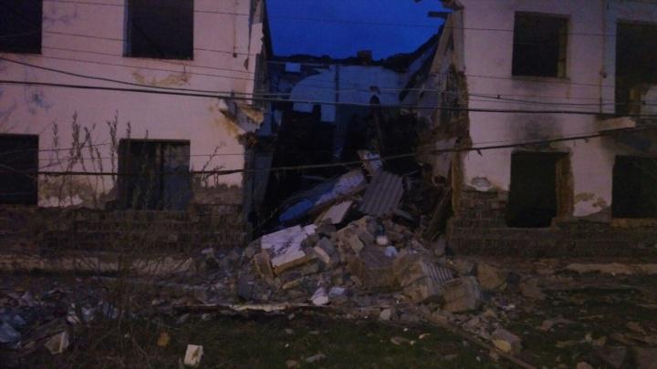 В Боготоле рухнул аварийный дом. Рядом в таких же живут люди
