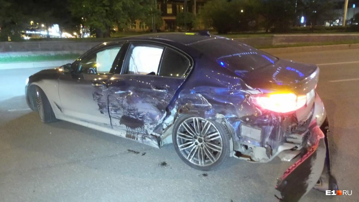 УBMW повреждены кузов и дверь. Отвалился бампер