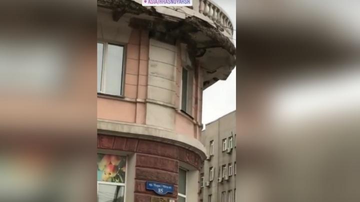 Разваливающийся балкон на Мира навис над тротуаром без ограждения