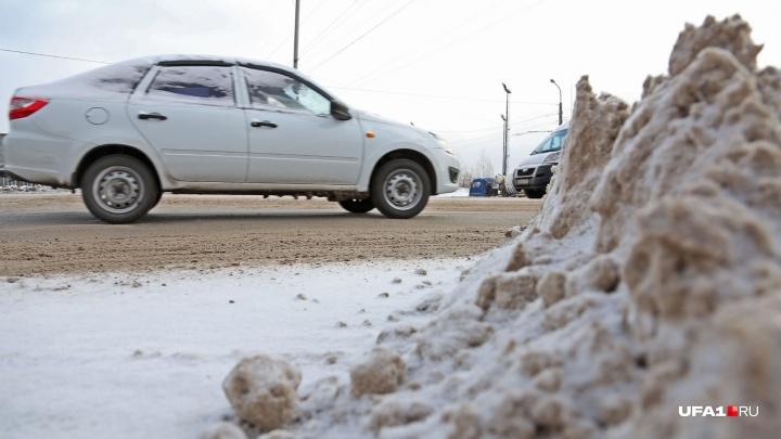 Водитель из Уфы снял на видео, как пожилая женщина пробиралась по заваленному снегом тротуару