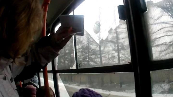 Поездка екатеринбургской школьницы, которую заставили дважды заплатить за билет, попала на видео