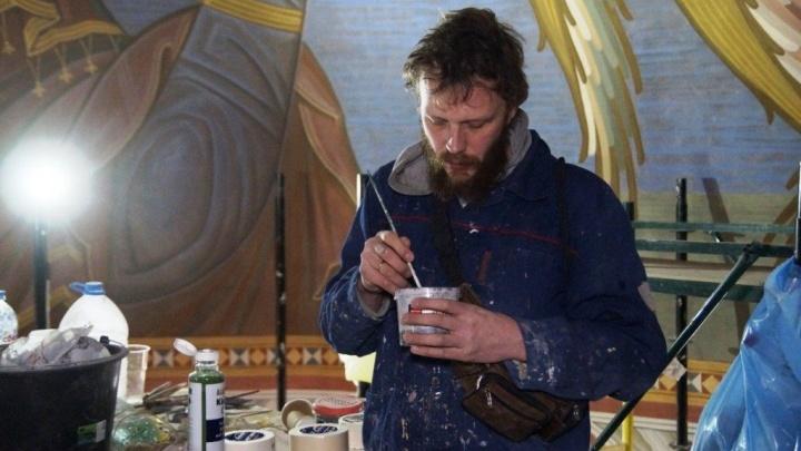 «Работаем с душой»: в храме Александра Невского художники расписывают алтарь — видео