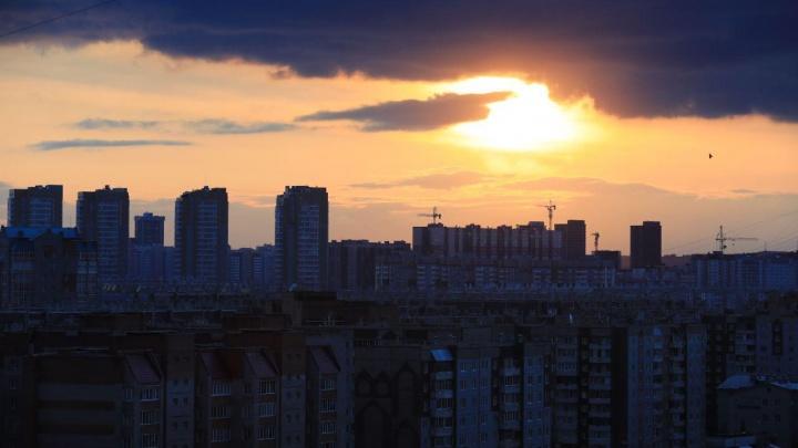 В Красноярск пришел удивительный закат под грозовыми тучами. Горожане делают фото и скучают по лету