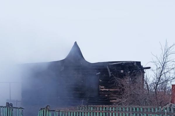 Бревенчатый дом сгорел полностью