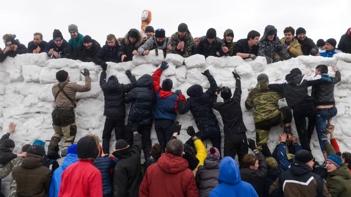 Екатеринбуржцы ели блины, штурмовали снежную крепость, дрались подушками: самые яркие фото Масленицы