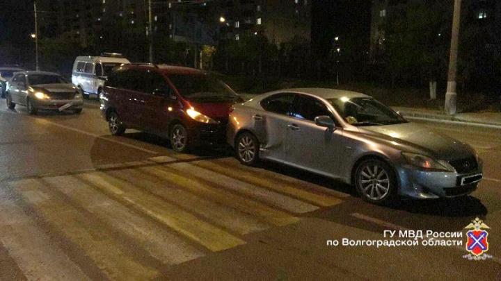 «Ударил сзади»: в Волгограде водитель собрал «паровоз» из дорогих иномарок