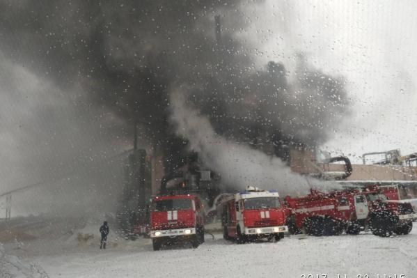 Пожарные работают на месте и пытаются сбить пламя