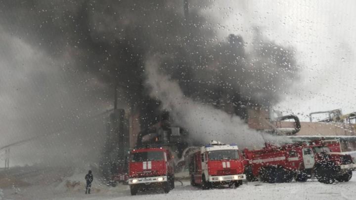 Крупный пожар полыхает в здании лесокомбината в Лесосибирске