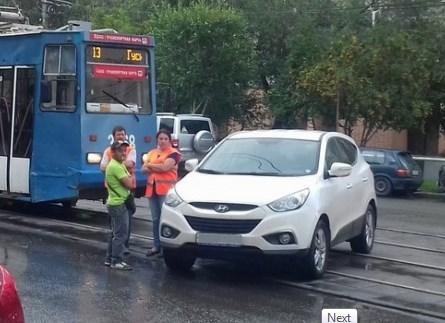 «Я паркуюсь как чудак»: джип на путях —и пусть весь мир подождёт