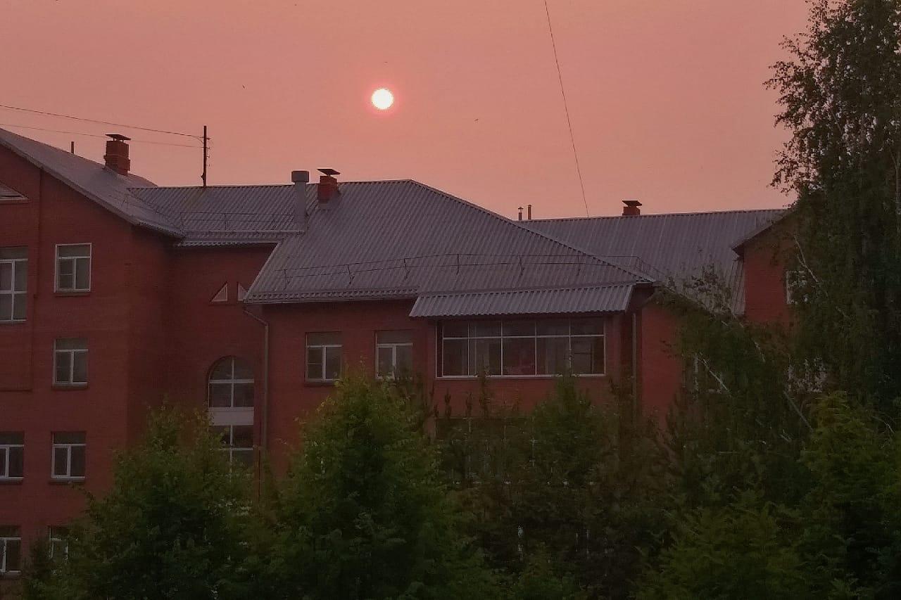 Из-за мелких частиц угольной пыли в воздухе свет преломляется и окрашивает солнце в красные тона