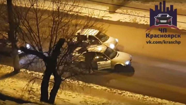 Водители устроили драку на перекрёстке Киренского