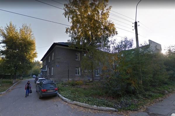 Три дома находятся вблизи комплекса памятников в военном городке