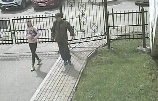 Парень и девушка, укравшие два дорогих велосипеда в центре Екатеринбурга, попали в объективы камер