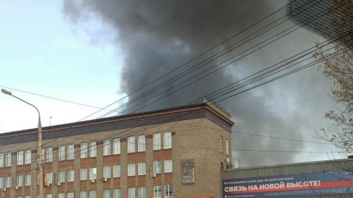 Рядом с НЗХК загорелся двухэтажный склад с пухом и пером