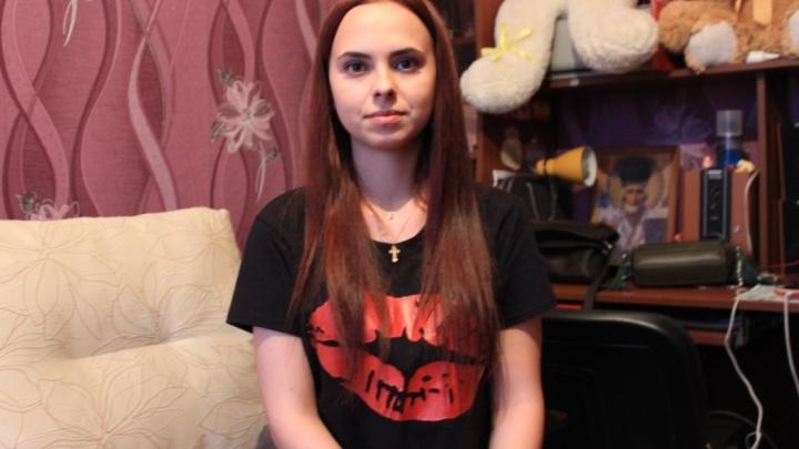 «Когда захожу в подъезд, всегда оглядываюсь»: юную омичку 13 лет безнаказанно оскорбляет мужчина