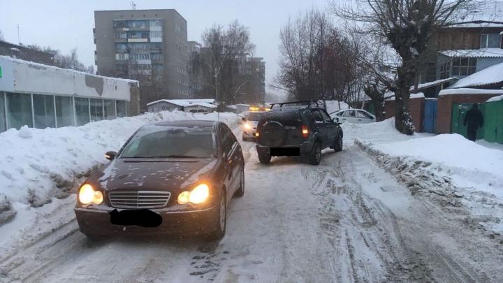 Столкновение «Мерседеса» и «Нивы» перекрыло движение в Октябрьском районе