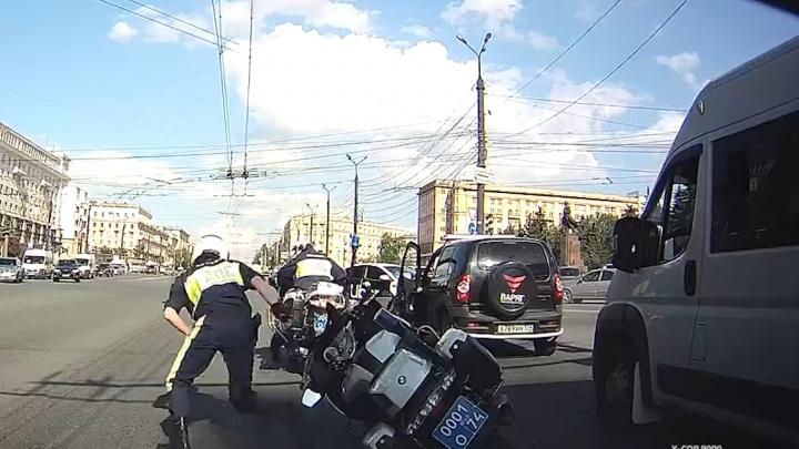 В Челябинске момент столкновения такси и мотоцикла ДПС попал на видео