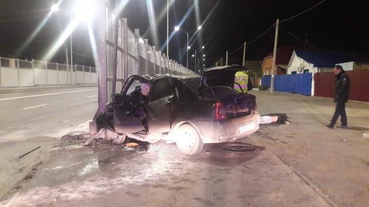 Шансов выжить не было: водитель сложившегося в гармошку Renault погиб на месте