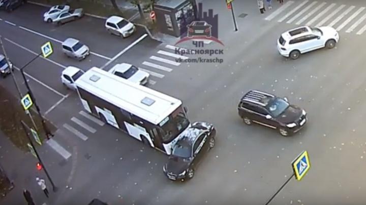 Хитрец на БМВ повернул с середины дороги под пассажирский автобус в центре
