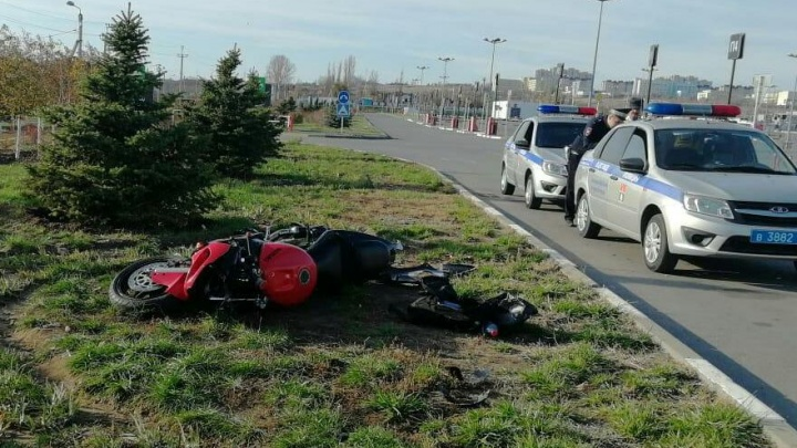 «На заднем колесе налетел на бордюр»: байкер разбился насмерть у парковки «Акварели» в Волгограде