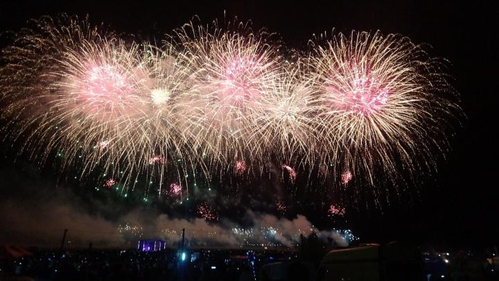 Фестиваль фейерверков: смотрим на сотни ярких вспышек в небе над Чернолучьем