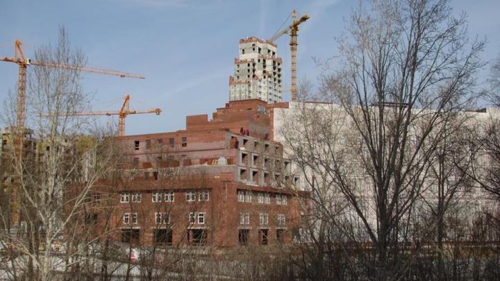 Вовсю кладут кирпичи: на Куйбышева начали достраивать заброшенную гостиницу «Дели»