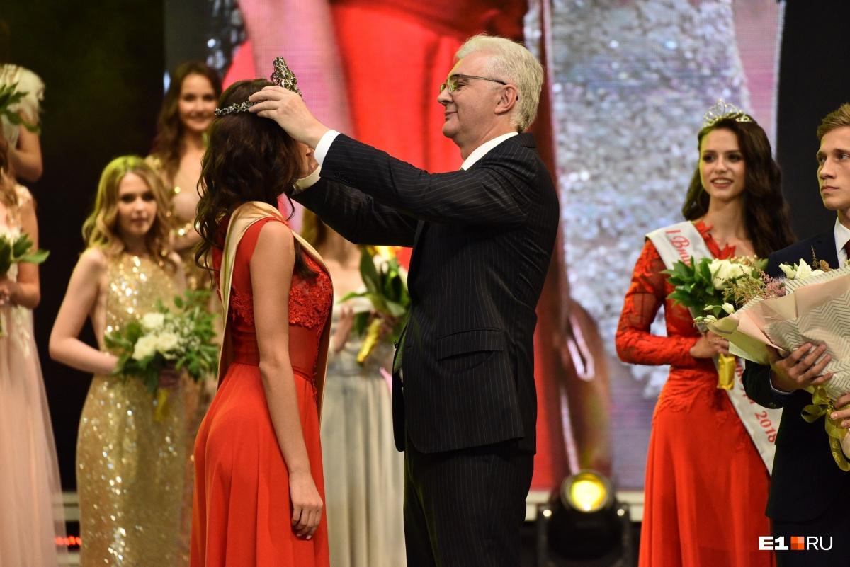 Александр Якоб (как и каждый год) надевает корону на новую признанную красотку