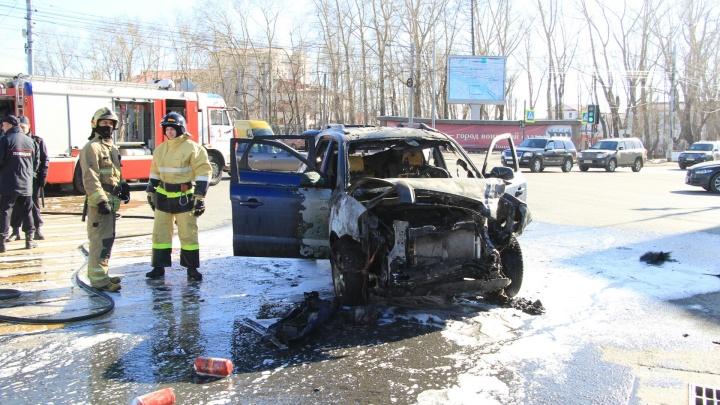 В центре Архангельска на проезжей части загорелся автомобиль